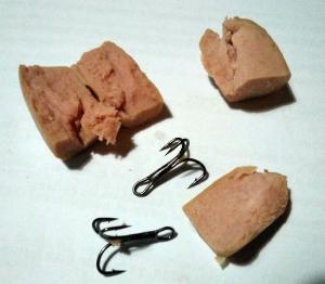 Trozos de salchicha con los anzuelos que llevaban dentro.