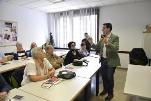 El alcalde explica cómo acceder al servicio wifi en el centro cívico de Beiro.