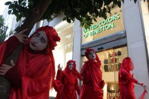 La Brigada Roja, durante su perfomance por el centro de Granada.