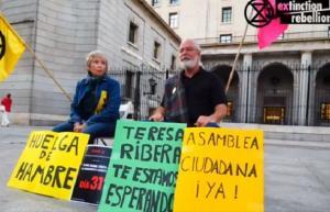 Los dos activistas de XR, durante los últimos días de huelga de hambre frente al Ministerio.