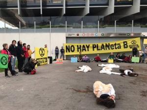Bloqueo de la entrada a la sede de Repsol en Madrid, en el que han participado una docena de miembros de XR Granada
