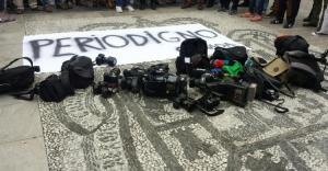 Cámaras al suelo y pancarta cuando despidieron a periodistas en Granada Hoy en octubre de 2017.