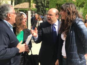 Sebastián Pérez, con Loles López y Rocío Díaz en un acto a las puertas de la Alhambra.
