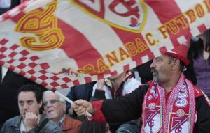 Aficionados del Granada CF, alguno con cara de muchos nervios.