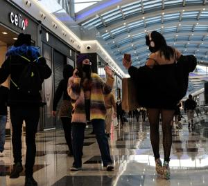 Dos integrantes del grupo bailan en uno de los pasillos.