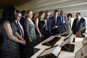 La presidenta de la Junta y el ministro, acompañados por Laura García Lorca y el resto de autoridades, en su visita de este miércoles al Centro Lorca.