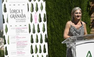 Patricia del Pozo, junto al programa del ciclo 'Lorca y Granada'.