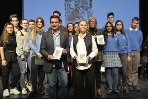 Francisco Cuenca y Laura García Lorca, junto a los escolares que han participado en la lectura.