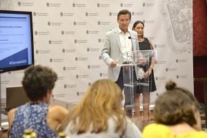 Luis Salvador, acompañado por la concejala Lucía Garrido, en rueda de prensa este viernes.