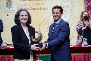 Yolanda Pantín recibe el premio Lorca del alcalde de Granada.