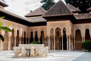 La Alhambra permanecerá aún vacía, sin turistas, como en esta bella imagen del Patio de los Leones.