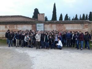 Los estudiantes franceses en la tapia del cementerio durante la visita guiada a los lugares de la memoria histórica.
