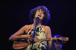La intérprete durante el concierto.