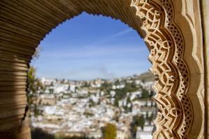 Detalle de la Alhambra con el Albaicín al fondo.