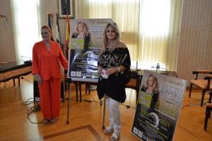 Bonnie Tyler con la alcaldesa de Salobreña, María Eugenia Rufino, en la presentación de su concierto.