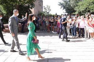 Los Reyes, a su llegada a la Alhambra, saludan al público que les vitoreaba en la explanada del Palacio de Carlos V.