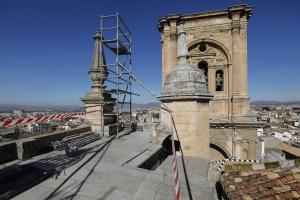 Intervención en los pináculos de la Catedral afectados por los terremotos.