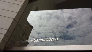Detalle de la fachada del Centro Lorca, con la Catedral de Granada reflejada en una de sus cristaleras.