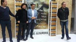 Coque Malla con el alcalde y los representantes de Musiserv y Cervezas Alhambra.