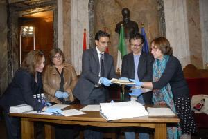 El alcalde ha hecho entrega de los documentos al director de la Alhambra los documentos.