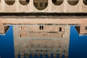 Torre de Comares, reflejada en la alberca del patio.