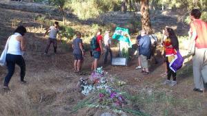 Los participantes ponen flores en la fosa de Víznar.