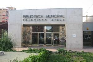 Fachada principal de la biblioteca Francisco Ayala.