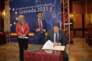 Gerardo Cuerva firma los convenios de colaboración en presencia del alcalde y la concejala de Cultura.