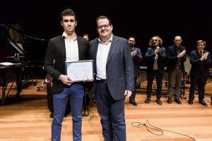 José Luis Valdivia recibe su premio.