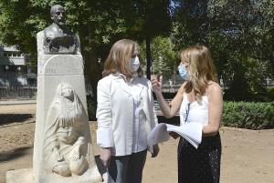 La restauradora, Carmen Tienza, y Eva Martín, junto a la estatua.