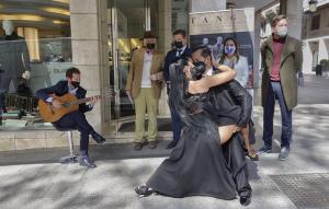 Breve actuación en la presentación del festival, en la calle Ganivet.