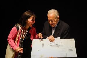 Paula Lazzarini recibe la distinción de Antonio Marín, al que está dedicado el certamen.