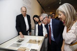El ministro Guirao, con la consejera de Cultura y la subdelegada del Gobierno, atiende las explicaciones de Christopher Maurer.