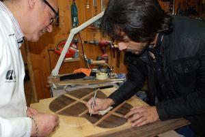 Daniel Gil y Juan Habichuela Nieto, durante la elaboración de la guitarra 'Realeja'.