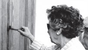 Isabel, hermana de Federico, abriendo la puerta de la Casa Museo en 1986.