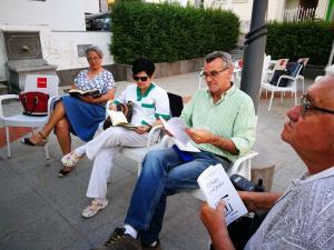Lectura en una de las plazas de Huétor Vega.