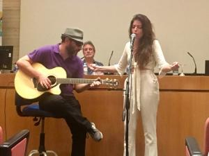 Soleá Morente interpreta en el curso una nueva canción de J, que acompaña a la guitarra.