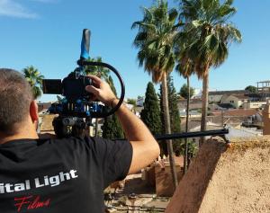 El director toma imágenes de Láchar.