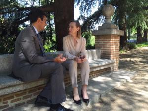 Laura García Lorca y Francisco Cuenca conversan este miércoles en Madrid.