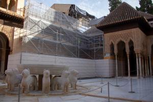 Imagen del Patio de los Leones con los andamios para la restauración de las cubiertas.