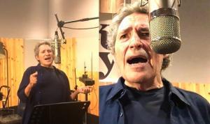 Miguel Ríos durante la interpretación de su canción 'El cinco a las cinco', en el homenaje de hoy.