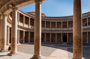 La explanada del Palacio de Carlos V acogerá uno de los conciertos.