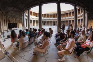 El público ha podido seguir la retransmisión de la ópera desde el patio del Palacio de Carlos V.