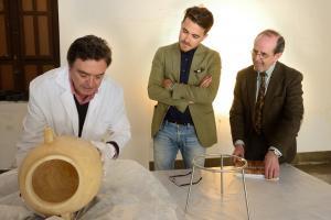 Guillermo Quero e Isidro Toro atienden las explicaciones de un técnico del Museo Arqueológico de Granada.