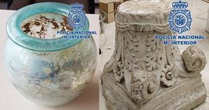 Vaso de vidrio y capitel de mármol recuperados.