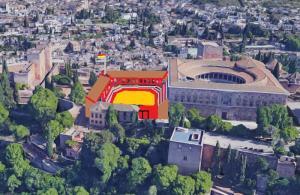 Reconstrucción ideal del espacio y estructura básica que debió presentar la plaza de toros rectangular-ochavada, pegada el Palacio de Carlos V. Sólo tenía balconcillos cubiertos con tejado en los costados norte y oeste.