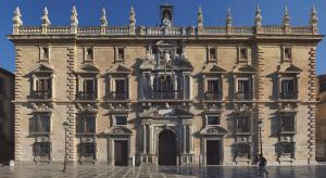 Segunda fachada de la Real Chancillería (1584-87), en estilo manierista. La balaustrada y los pináculos le fueron añadidos en 1754.