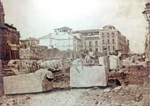 Acopiadero de materiales junto al ábside de la Catedral procedentes de los derribos de 302 casas para hacer la Gran Vía. Bajo esta zona fueron depositados unos dos metros de escombros.