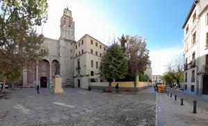 Panorámica actual de la plaza de Santo Domingo y prolongación por Padre Fray Luis de Granada, un espacio hoy abierto que antes lo ocupaba el convento.