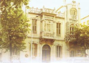Fachada del hotelito de calle Gran Capitán, 10, con amplia perspectiva delante de la placeta del Picón. Obra de Juan Jordana Montserrat (1903).